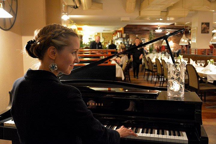 Piia Kärnän pianomusiikki on Astorin asiakkaiden tunteiden tulkki